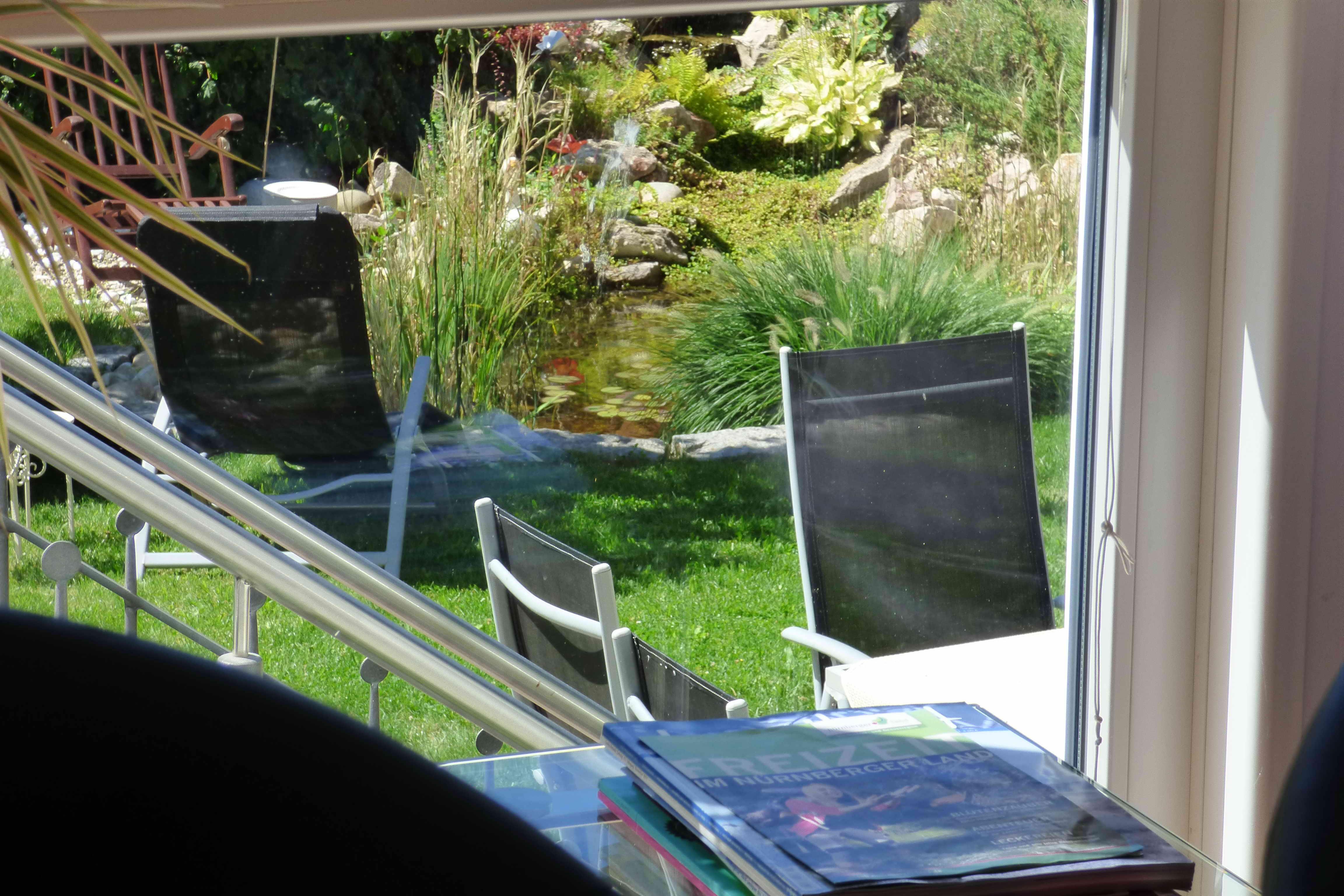 Blick von Wohnung auf Garten